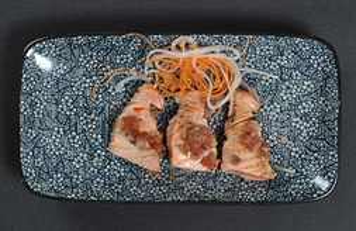 Tataki de salmón con salsa jalapeño