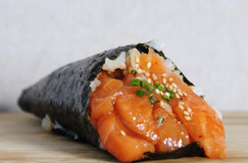 Temaki de salmón macerado